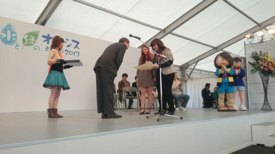 Алеф и Джэйре награждаются почётной грамотой королевства манга Тоттори! На заднем плане —  персонажи Китаро и детектив Конан
