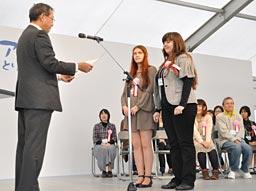 Заместитель губернатора префектуры господин Хаяси награждает Наталью Мартыненко (вторая справа) и Наталью Ререкину (первая справа). Парк озера Кояма в городе Тоттори.