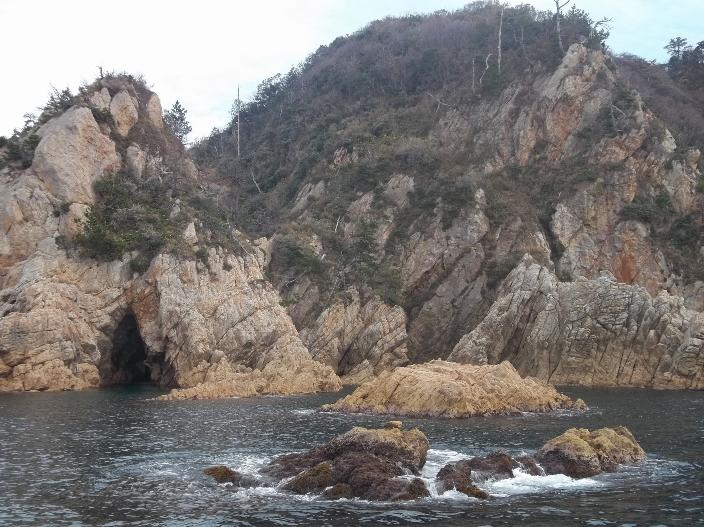 Таинственные гроты побережья Урадомэ. На этих величественных скалах часто рыбачат местные жители.