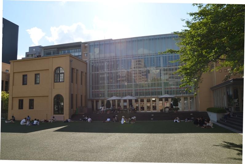 Лужайка перед зданием музея - читальный зал на открытом воздухе © фото Юки Магуро