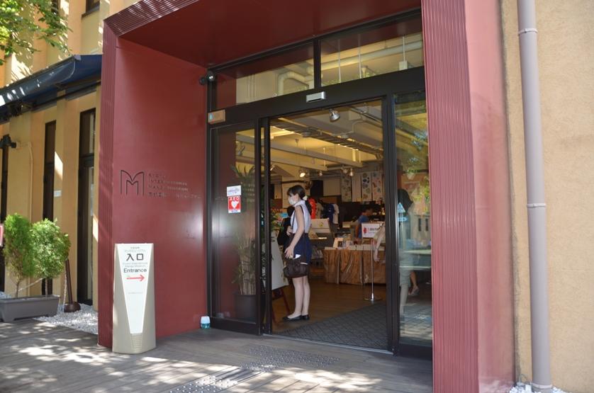 Вход в музей манги, где сразу же виднеется сувенирный магазин © фото Юки Магуро