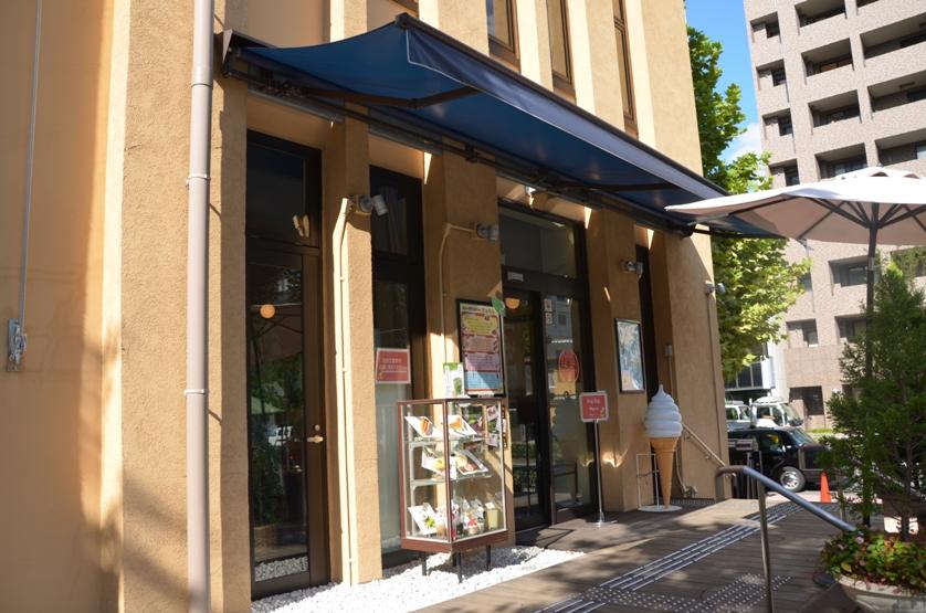 Вход с Музейное кафе, где стены украшены автографами мангак © фото Юки Магуро