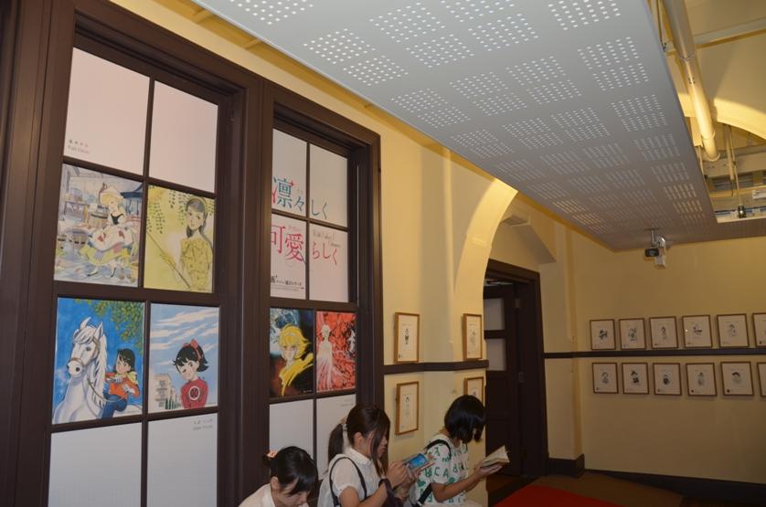 """Выставка Кэйко Такэмии (слева) и постоянная экспозиция """"100 майко"""" - майко (ученица гейши), нарисованные ста художниками (справа) © фото Юки Магуро"""