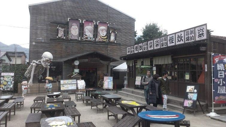 Всевозможные магазинчики, посвященные тематике «GeGeGe no Kitarou» © фото: Анастасия Жернакова