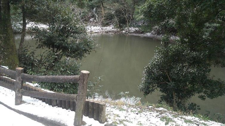 Озеро возле храма белого зайца из страны Инаба. В этот день выпал снег © фото: Анастасия Жернакова