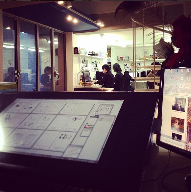 Синъити Сакамото в своей студии