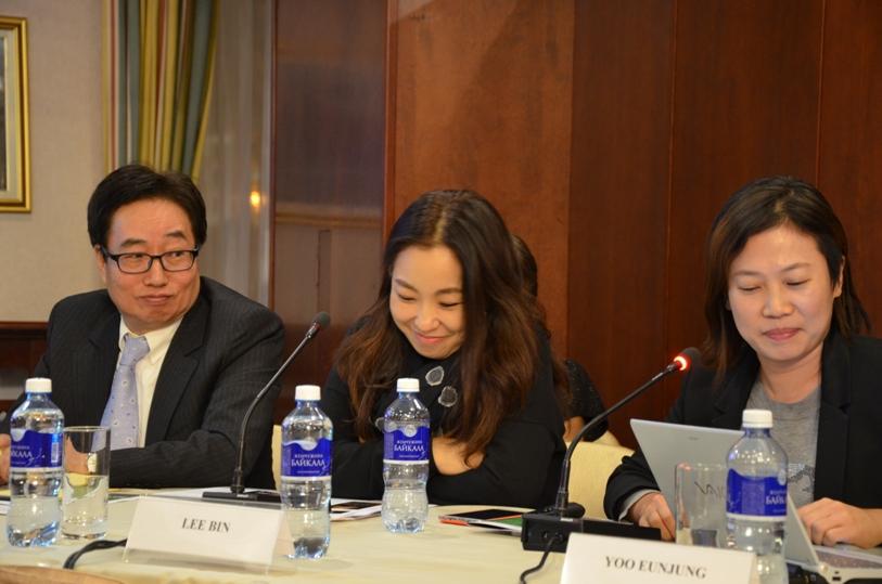 Ли Вин вместе с кинопродюсером Ли Джу Ик (слева) и продюсером Ю Ын Чжон (справа) © фото Мангалекторий