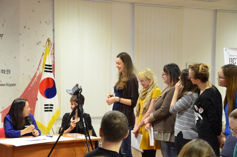 Участники мастер-класса спешат узнать комментарий автора © фото Мангалекторий