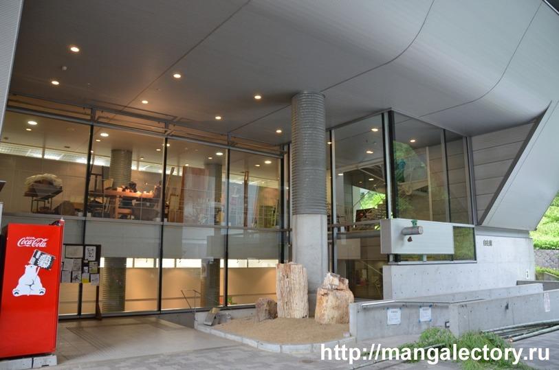 Вход в Дзикай-кан (Z), где находится отделение манги и отделение комедийной манги