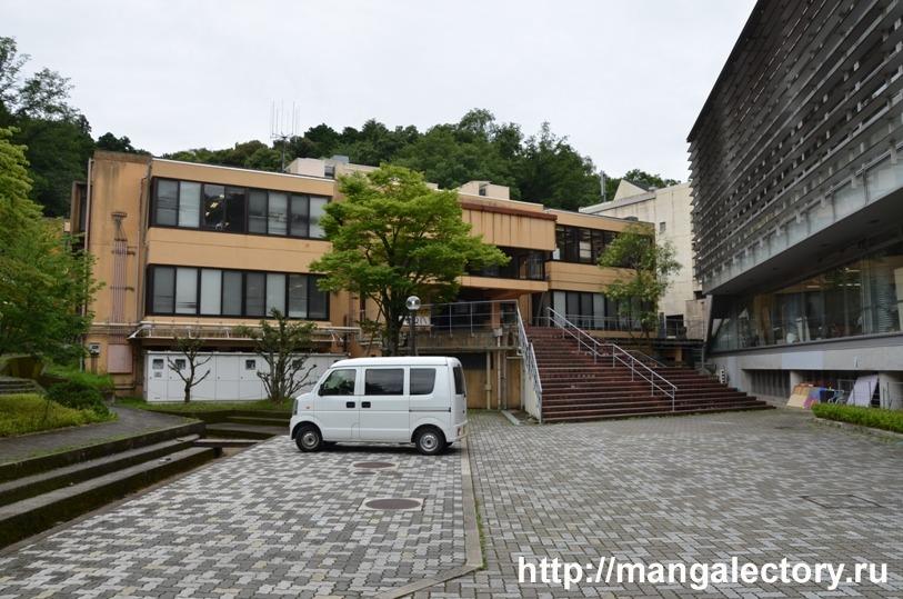 Слева здание для занятий японской живописью, а справа - корпус, в котором расположены Отделение манги и отделение гэг-манги.
