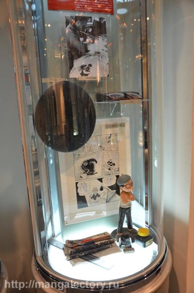 Личные вещи Тэдзуки Осаму: берет, очки и принадлежности для рисования