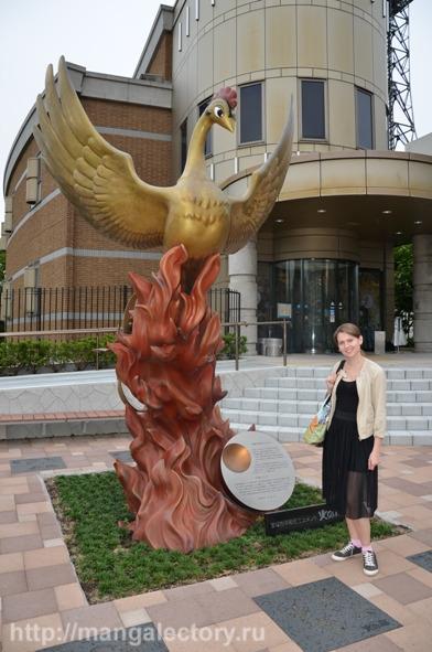 У статуи Жар-птицы. Юки Магуро