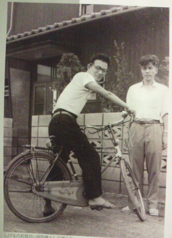 Мидзуки Сигеру управляет велосипедом одной рукой, 1957 г. ⓒ фото 水木プロダクション