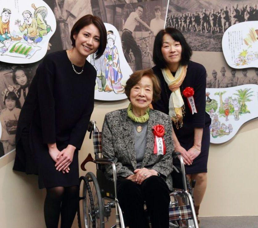 слева Мацусита Нао (актриса, сыгравшая главную роль в ТВ-сериале «Жена Гэгэгэ»), в центре супруга Мидзуки Сигэру - Мура Нуноэ, справа от неё - дочь Наоко Харагути