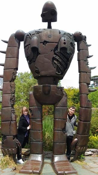 """Крыша музея Гибли, статуя робота-солдата из аниме """"Небесный замок Лапута""""."""