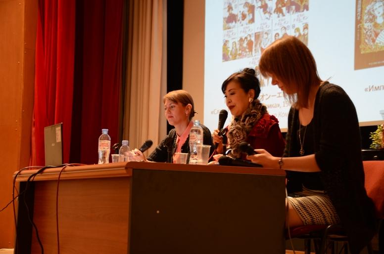Слайд с произведениями по русской тематике, где слева видны обложки манги «Слава Наполеона - героика» © фото Японский фонд