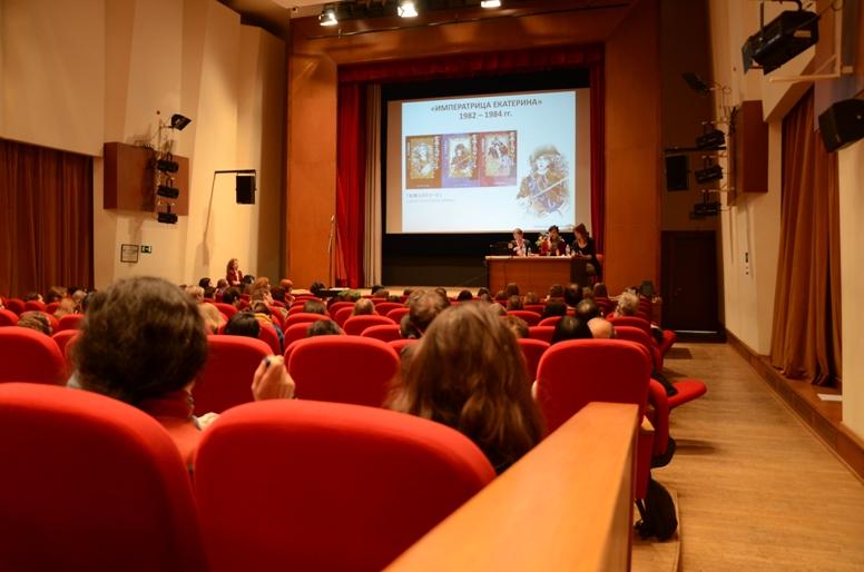 На слайде 3-х томная манга «Императрица Екатерина» (1983), созданная по книге «Екатерина Великая» Анри Труайя © фото Японский фонд