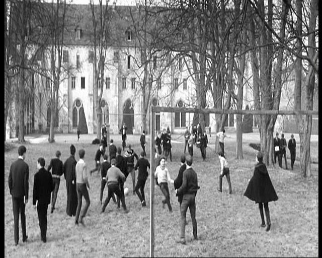 Рис. 5. Ученики играют в футбол – кадр из фильма «Особенная дружба» (1964)